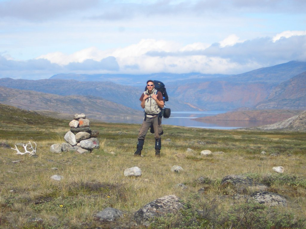 Marcus Dornis neben einem Steinmännchen auf dem Arctic Circle Trail auf Grönland.