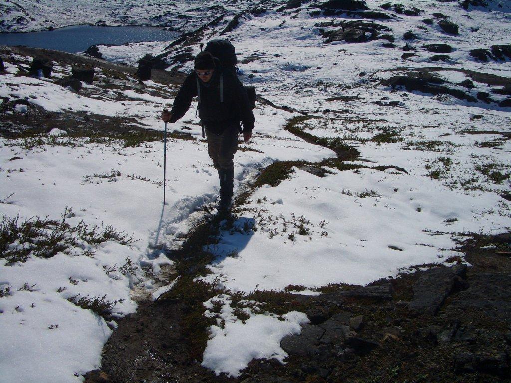 Marcus Dornis auf dem schneebedeckten Arctic Circle Trail auf Grönland.