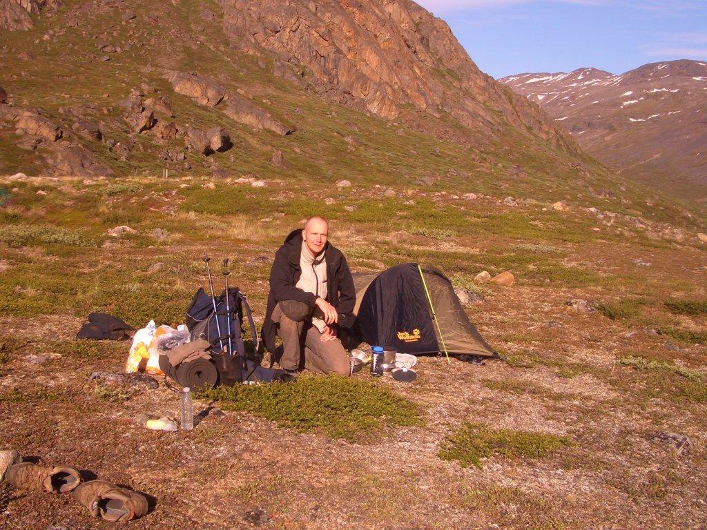 Markus Dornis vor seinem Zelt auf dem Arctic Circle Trail auf Grönland.