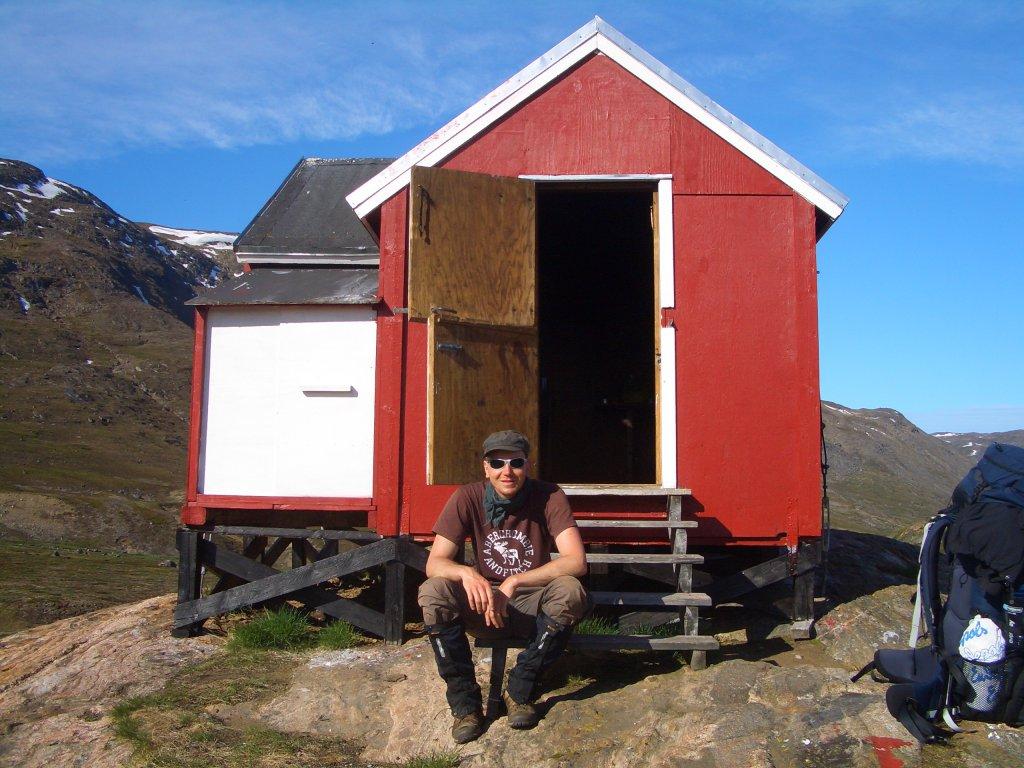 Marcus Dornis vor einer Schutzhütte am Arctic Circle Trail auf Gröndland.