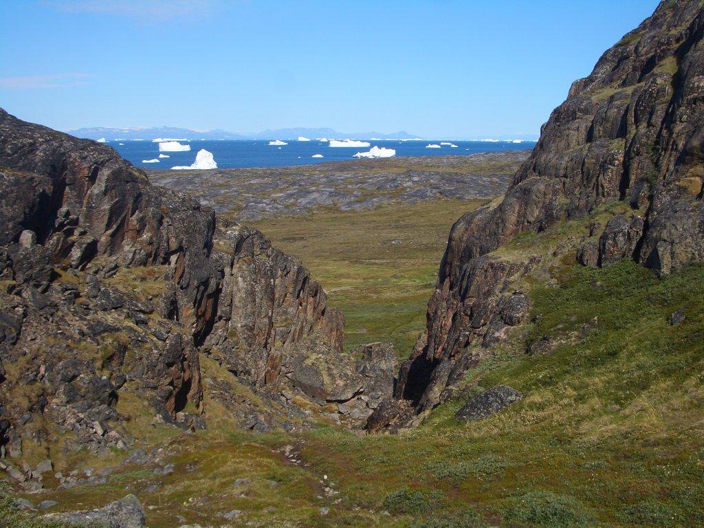 Grönländische Stille am Arctic Circle Trail. In der Ferne Eisberge.