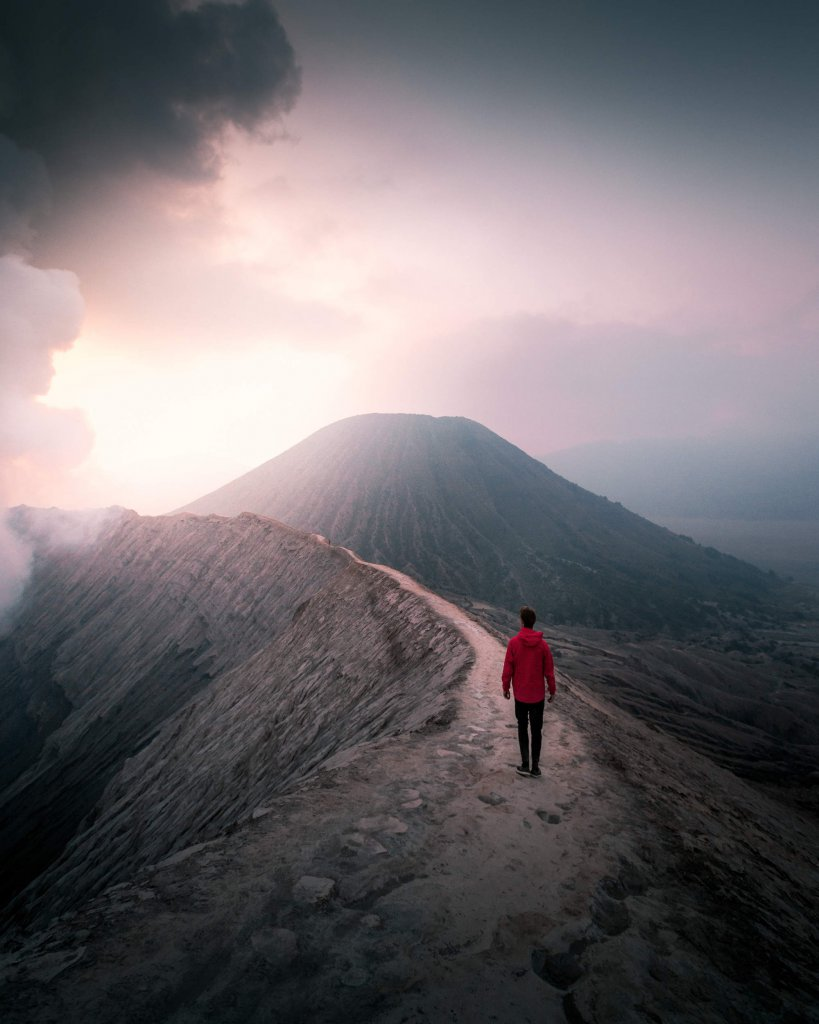 Auf dem Vulkankrater des immer noch aktiven Mount Bromo im Osten von Java, Indonesien.