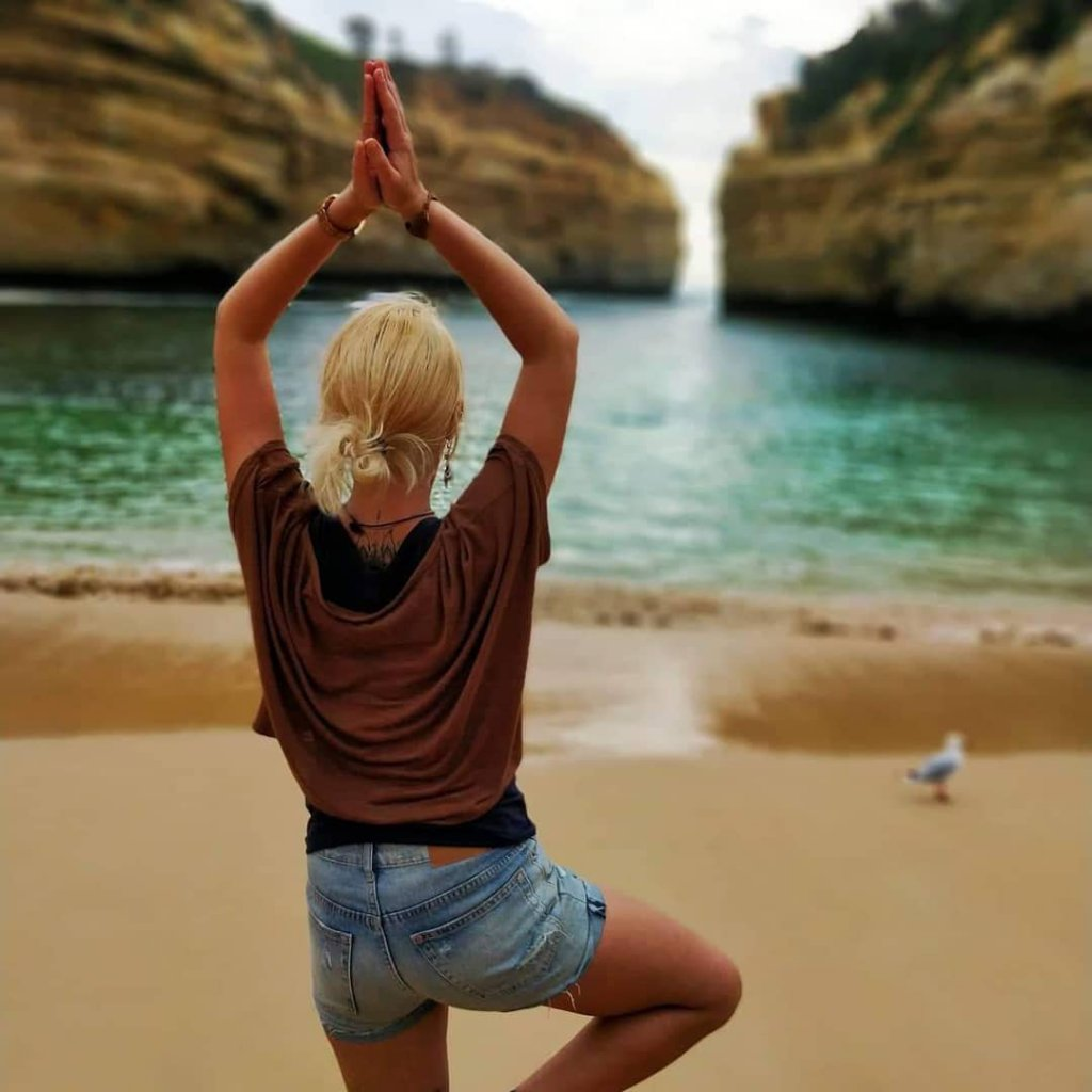 Nicole macht Yoga an einem Strand in Melbourne, Australien.