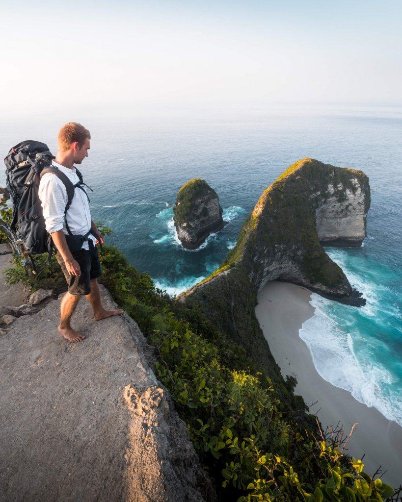 Blick auf Kelingking Beach auf Nusa Penida vor Bali, Indonesien.