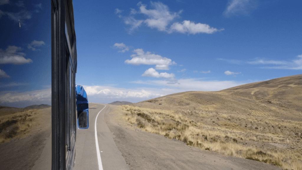 Blick aus dem Bus bei Fahrt durch die Anden auf dem Weg nach La Paz.