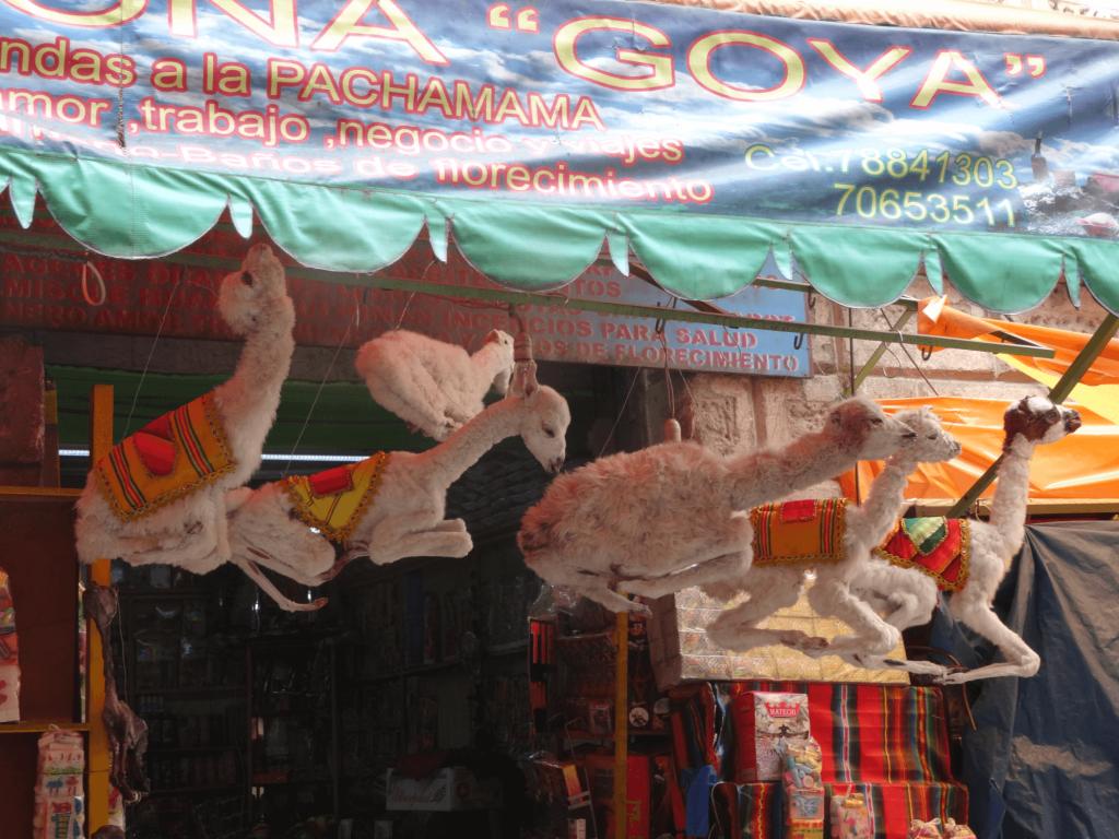 Bunt geschmückte Lamaföten als Opfer für Pachamama auf dem Hexenmarkt in La Paz.