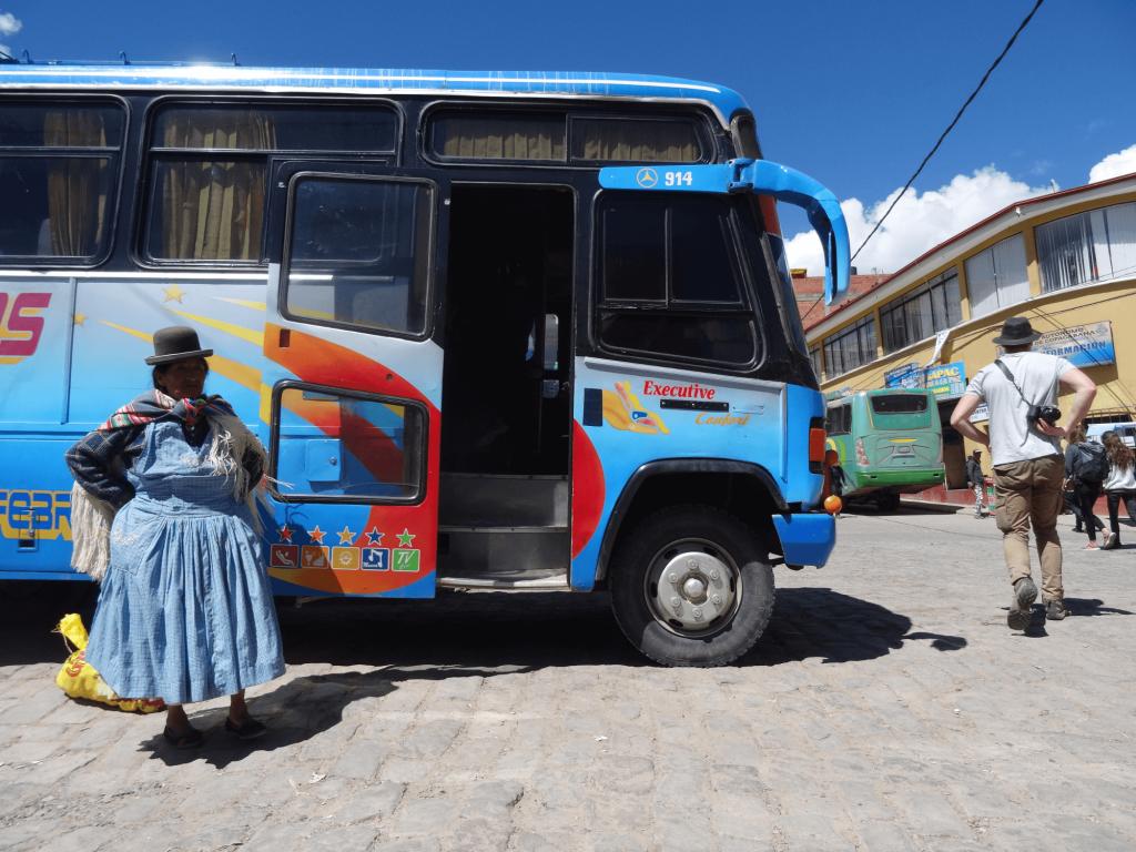 Bus und einheimische Frau in Copacabana.
