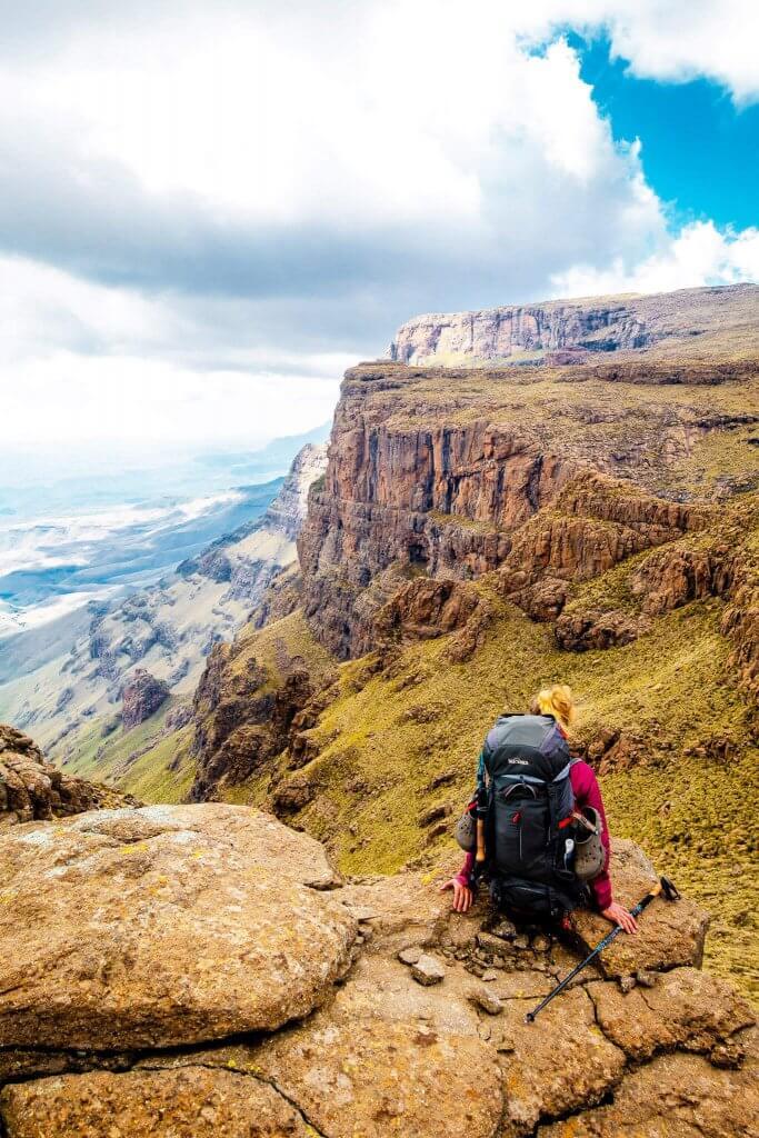 Trekking Drakensberge - Kathrin an einer Abbruchkante der Drakensberge.