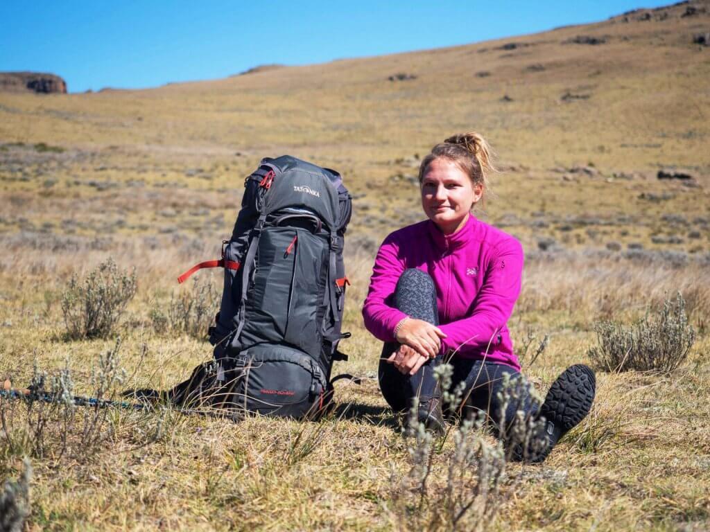 Kathrin Heckmann alias Fräulein Draußen mit Yukon in den Drakensbergen.