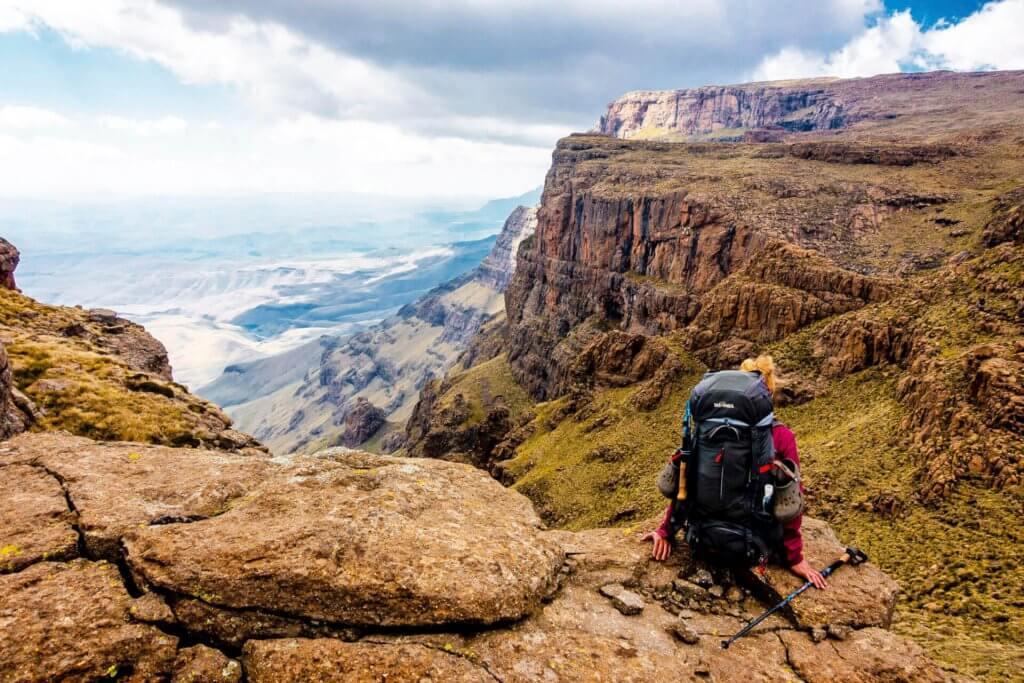 Kathrin an der Abbruchkante der Drakensberge.