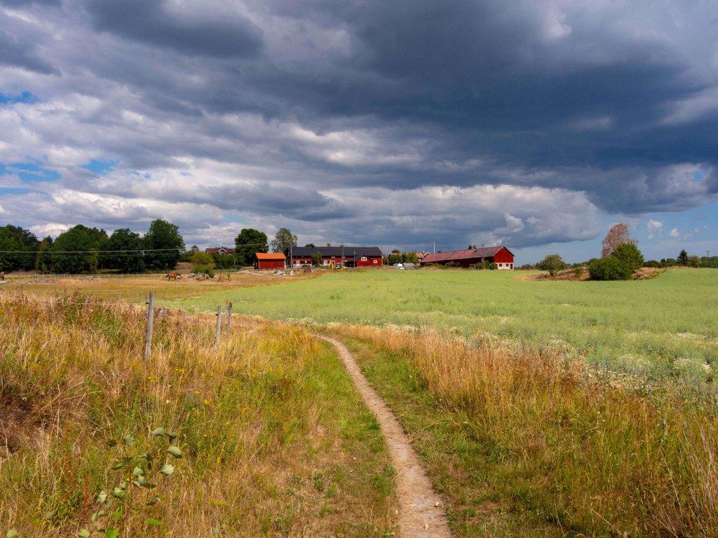 Kleine Ortschaft am Roslagsleden Weitwanderweg in Schweden.