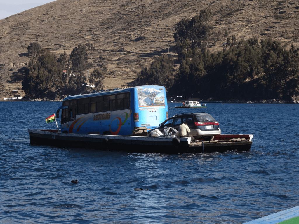 Floss beladen mit dem Bus und einem weiteren Auto bei der Überquerung des Titicacasees.
