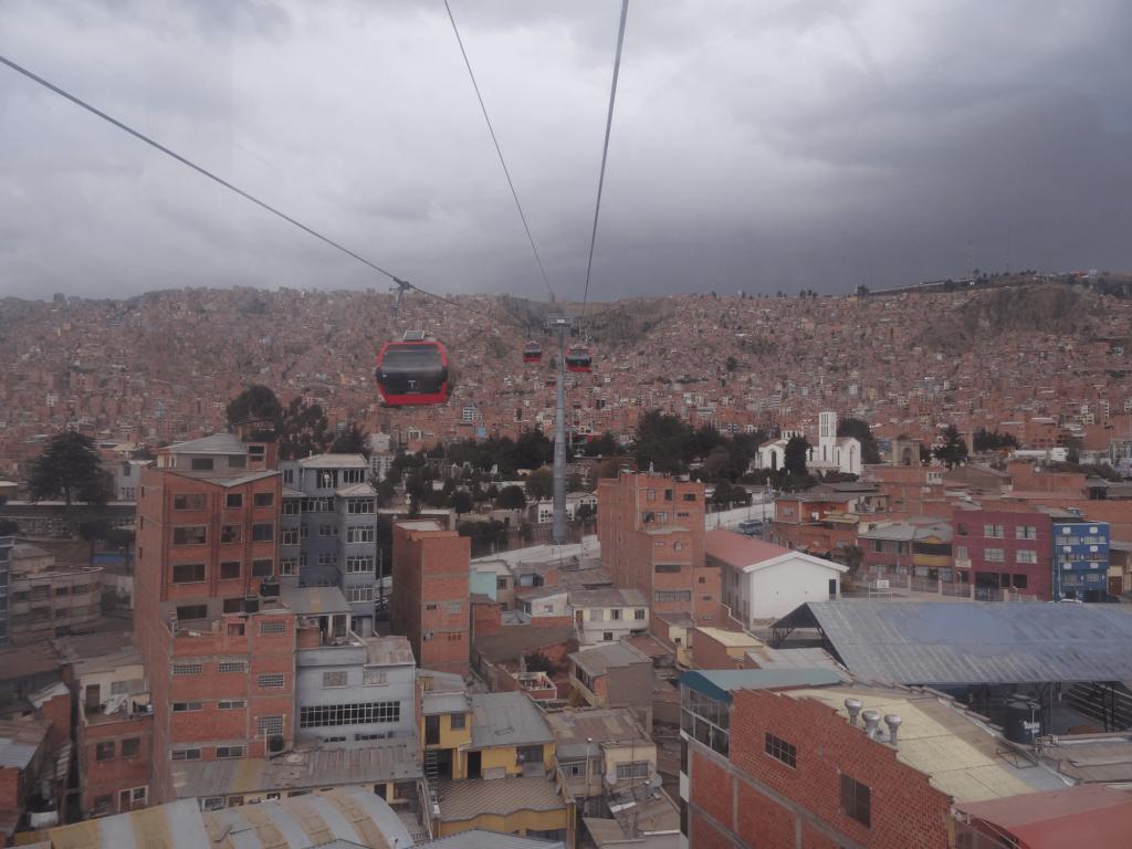 Blick aus den Gondeln der Teleferico über die Dächern von La Paz.