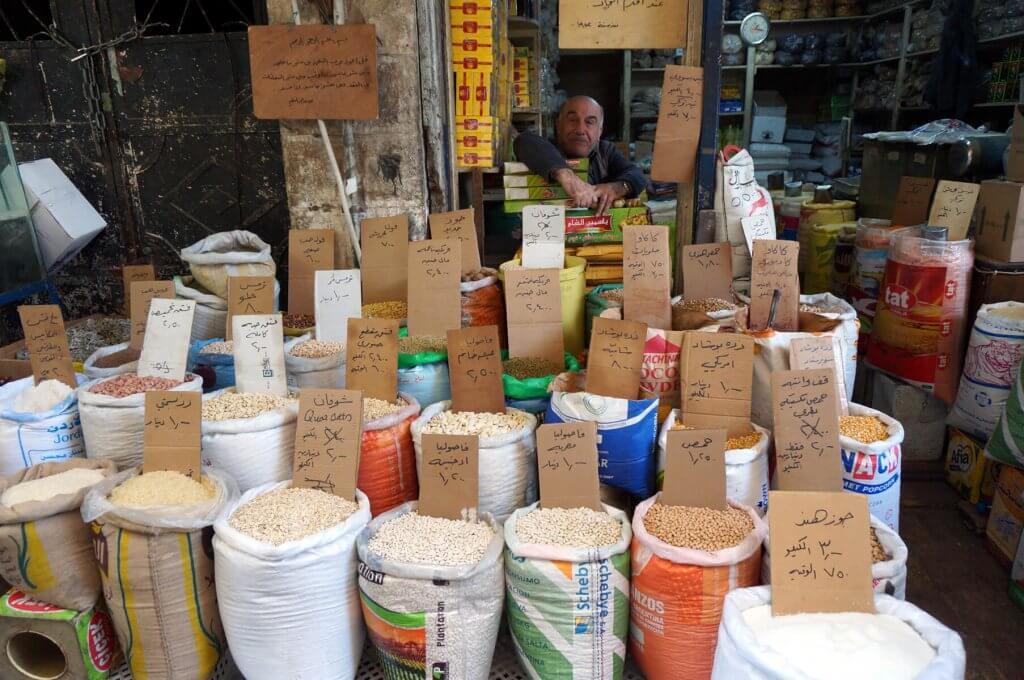 Jordanischer Verkäufer auf einem Markt in Amman.