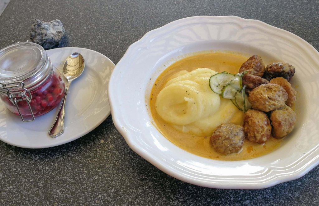 Köttbullar mit Kartoffelpüree - Schwedens Nationalgericht.