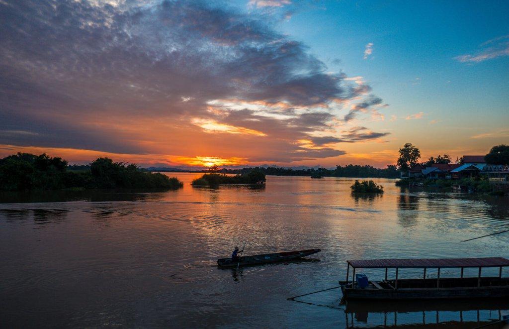 Boote im Sonnenuntergang von 4000 Islands in Laos.