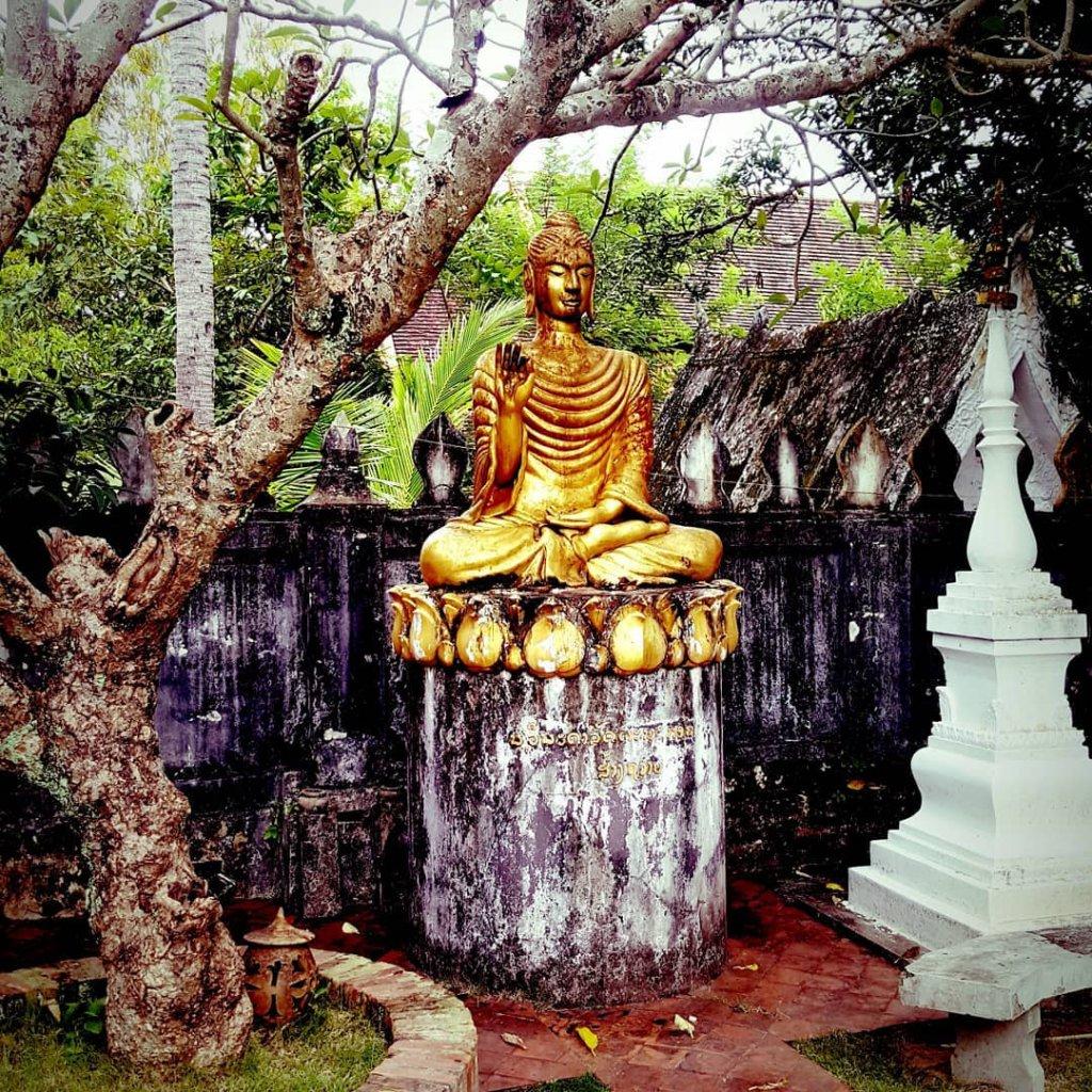 Goldene Buddha Statue in Luang Prabang, Laos.