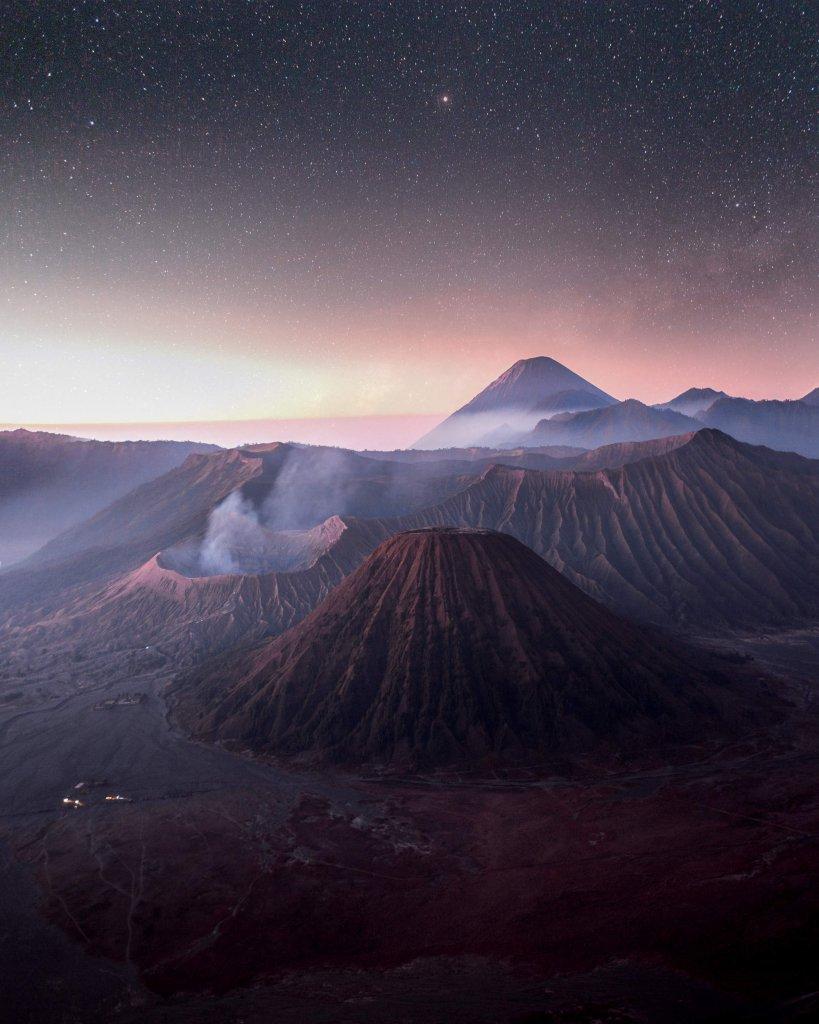 Mount Bromo im Osten von Java kurz vor dem Sonnenaufgang.
