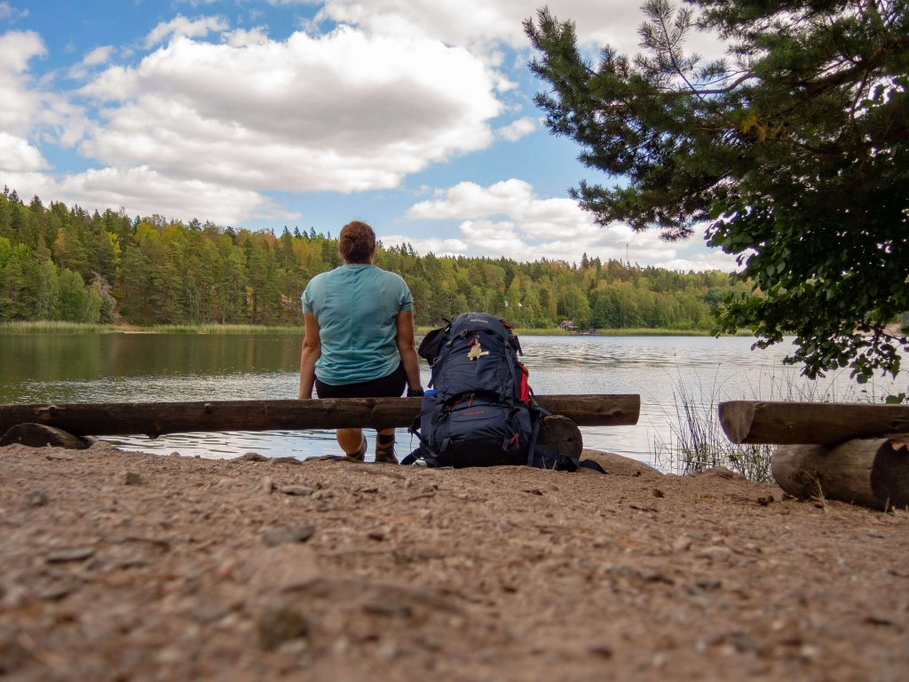Johanna nimmt sich eine Verschnaufpause am Roesjoen See.