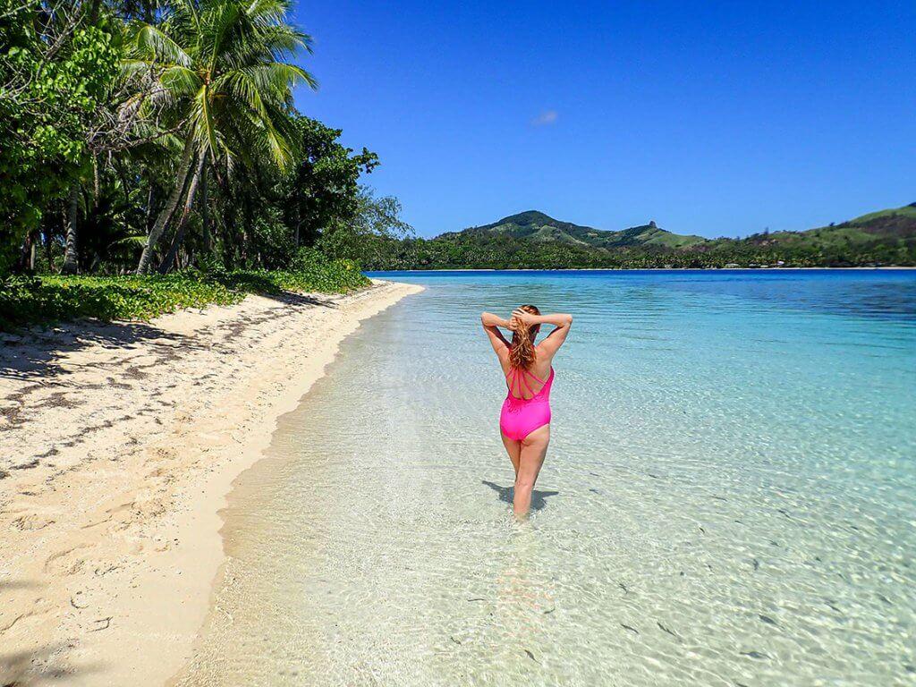Caroline am weißen Sandstrand auf den Fidschi-Inseln.