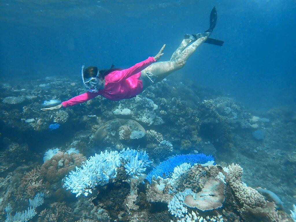 Reise auf die Fidschi-Inseln - Caroline unter Wasser beim Schnorcheln.