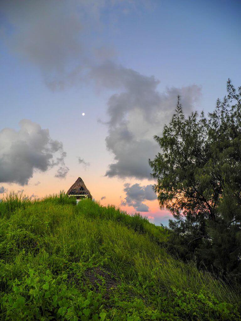 Hütte in der Abenddämmerung auf den Fidschi-Inseln.