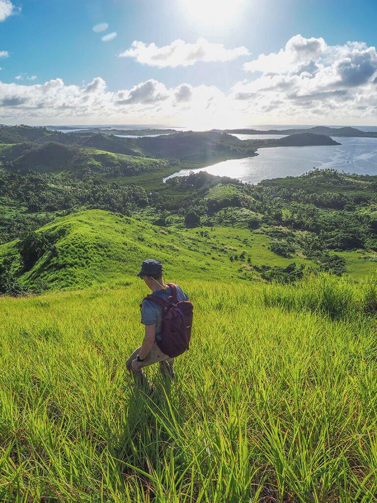 Michi Bösiger beim Wandern durchs hohe Gras auf Matacawalevu-Island.