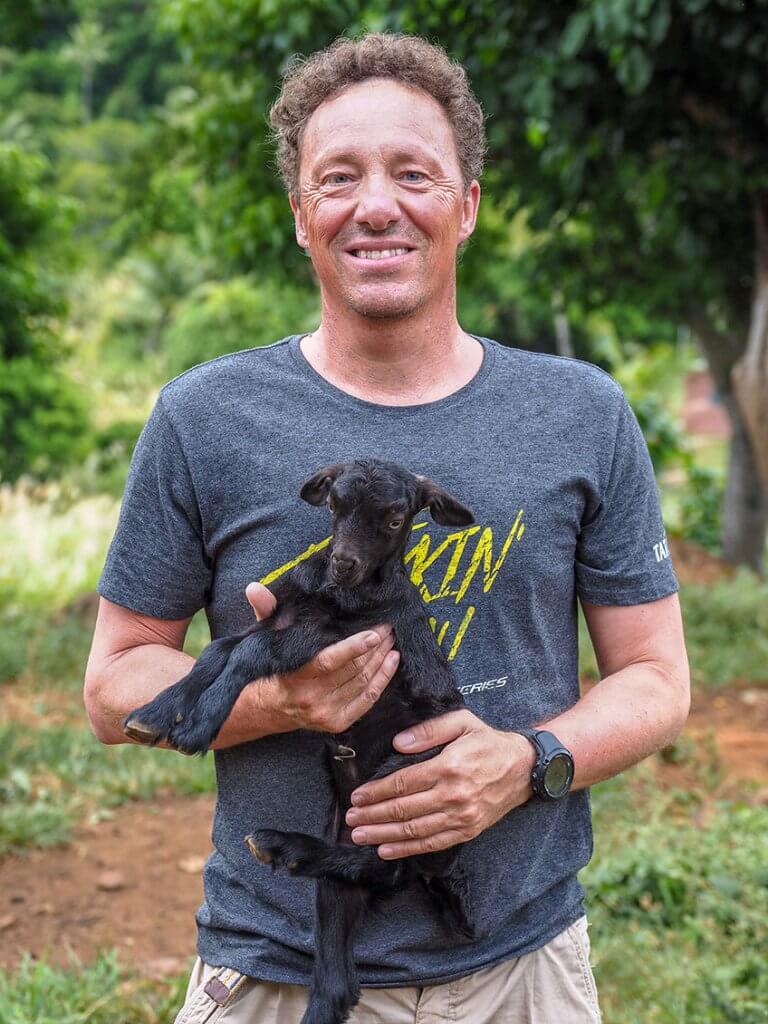 Michi Bösiger hat ein junges Lamm auf dem Arm.