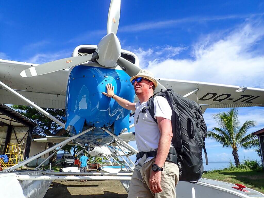 Michi Bösiger vor einem Wasserflugzeug auf den Fidschi-Inseln.