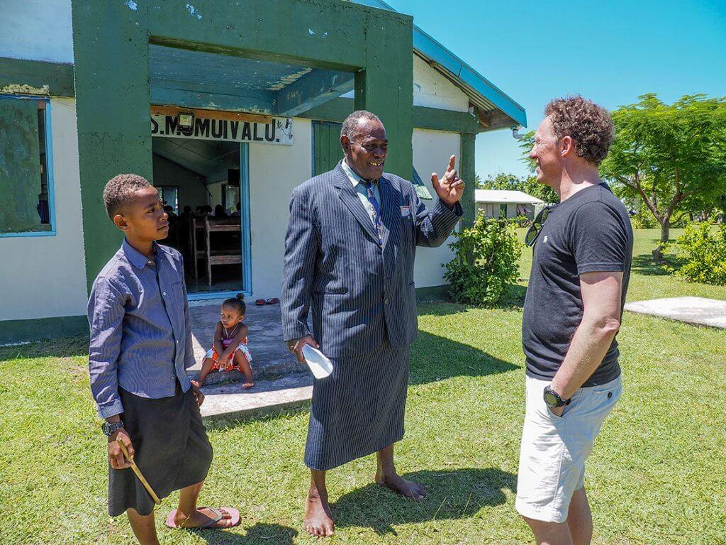 Reise auf die Fidschi-Inseln - Michi Bösiger im Gespräch mit einem Einheimischen.