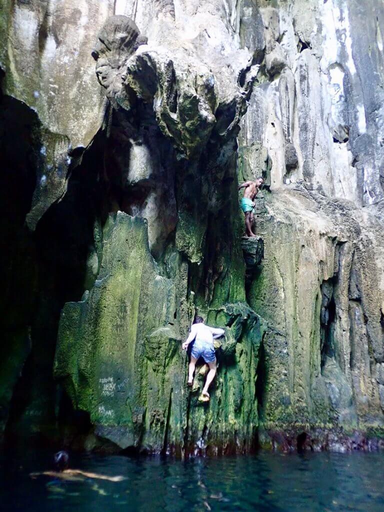Michi Bösiger beim Klettern in der Sawa-I-Lau Cave auf Fidschi.