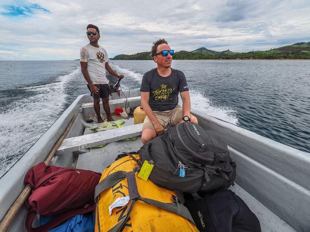 Michi Bösiger auf einem Mini-Motorboot, das die Touristen zur Fähre aufs offene Meer fährt.