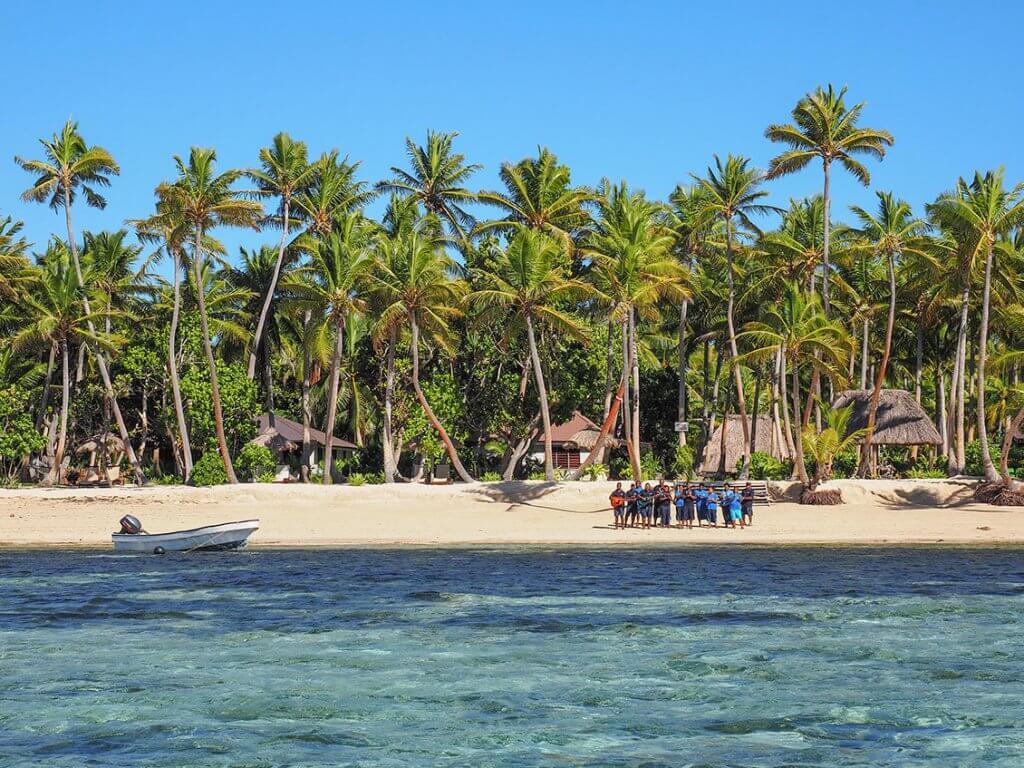 Eine Musikgruppe mit Gitarre und Ukulele begrüßt Neuankömmlinge auf Fidschi.