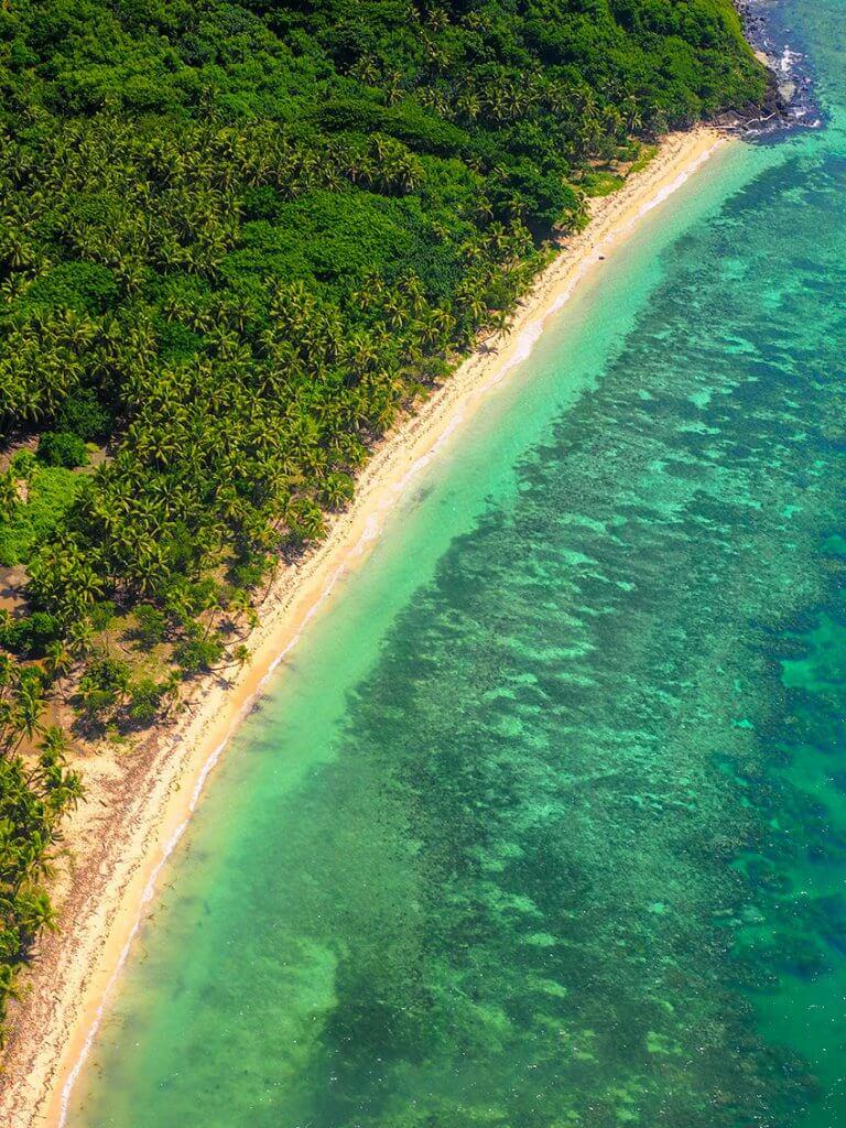 Reise auf die Fidschi-Inseln - Türkis-blaues Meer aus dem Flugzeug fotografiert.