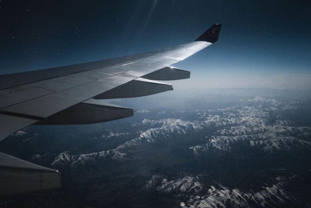 Blick aus dem Flugzeug auf die Berglandschaft.