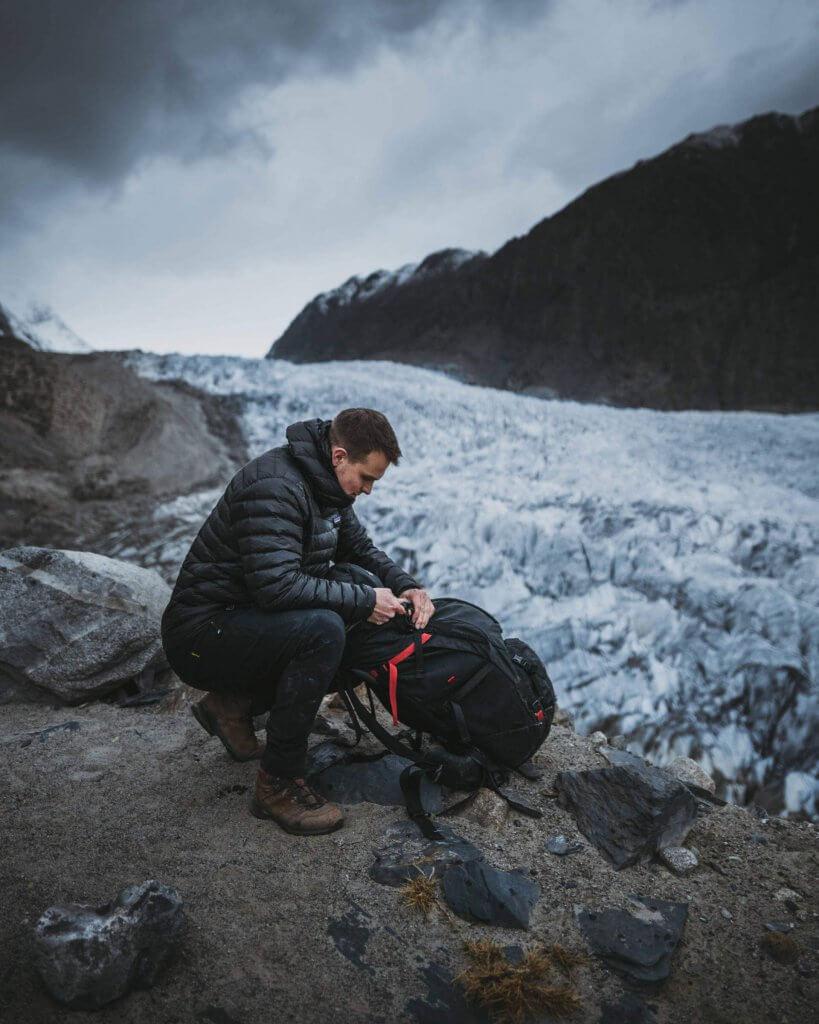 Am Rande der Gletscherzunge des Passu Gletschers in Pakistan.