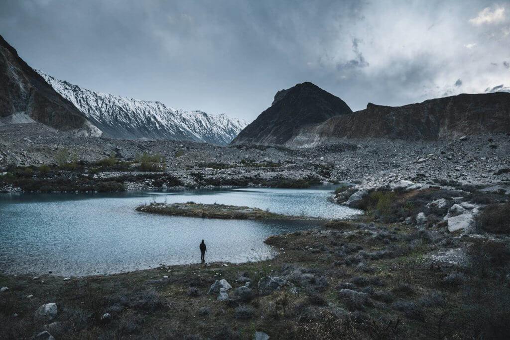 Lagune nahe des Passu Cones Gebirges in der Region Hunza in Pakistan.
