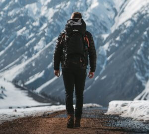 Marvin Kuhr mit seinem Tatonka Trekkingrucksack in den Bergen von Pakistan.