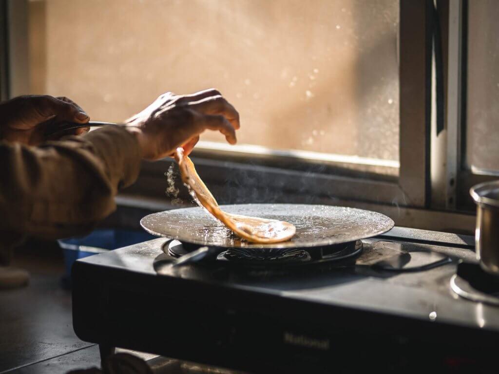 Traditionelles pakistanisches Frühstück: Paratha, eine Art Fladenbrot.