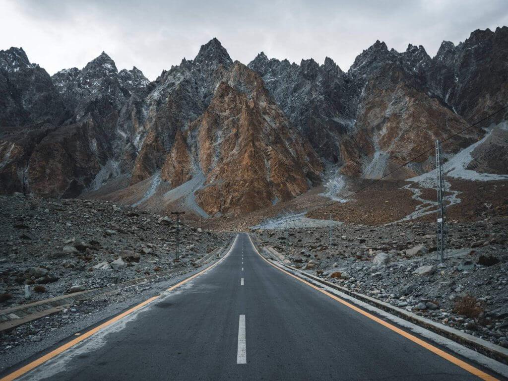 Geteerte Straße im Hunza Tal.