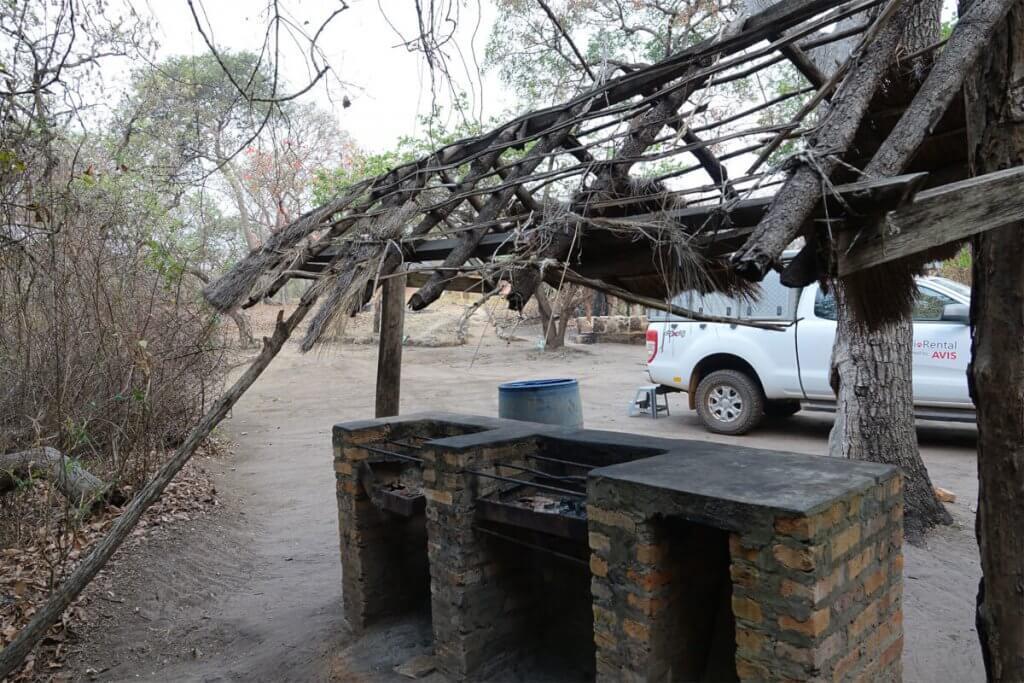 Halb abgebrannte Grillstelle an den Lumangwe Falls.