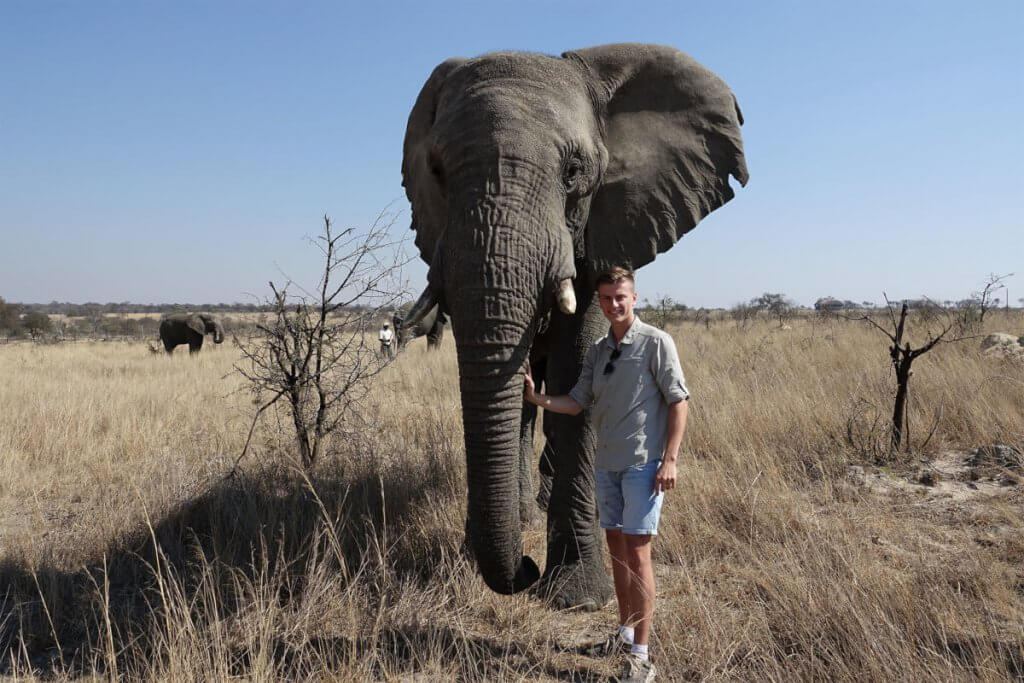 Konstantin neben einem Elefanten im Antelope Park bei Gweru.