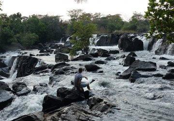 Das Wasser stürzt über Stufen der Kapala Falls Wasserfälle in Sambia hinab.