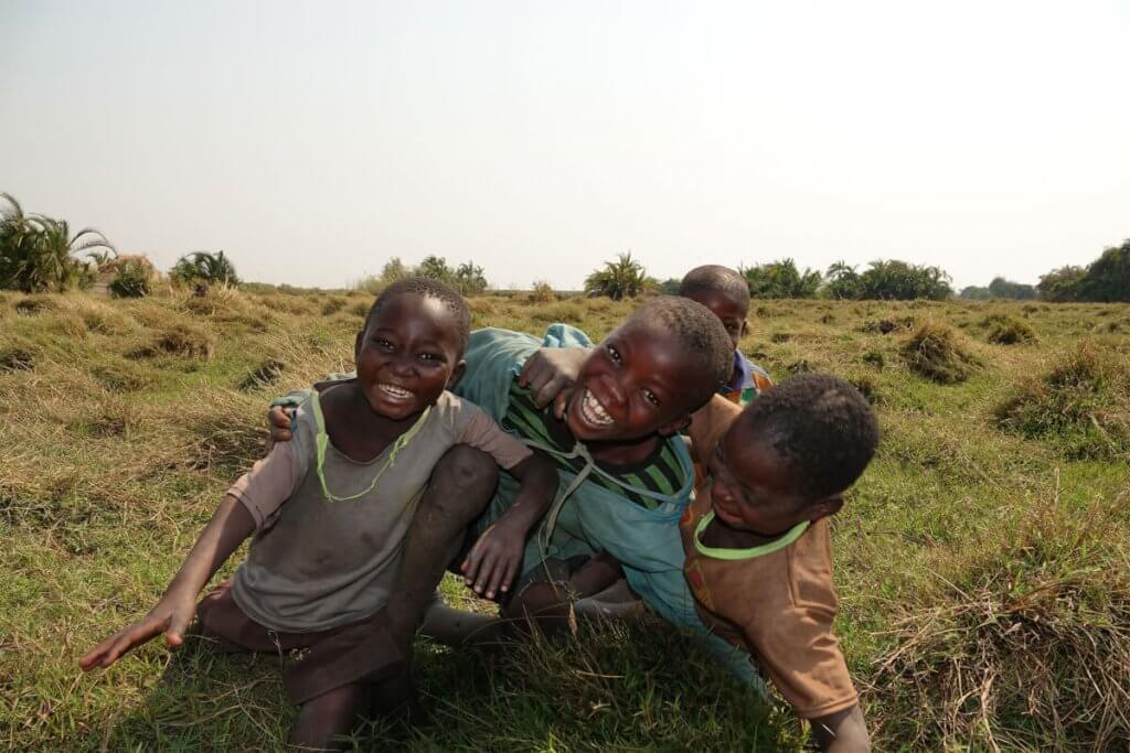 Roadtrip Afrika - Tobende Kinder in den Bangweulu Sümpfen.