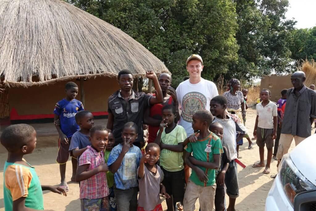 Roadtrip Afrika - Auf dem Weg zum North Luangwa werden wir freudig von Einheimischen begrüßt