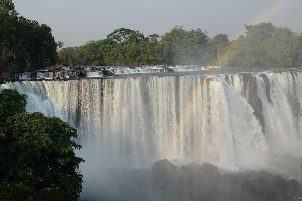 Regenbogen vor den Lumangwe Falls