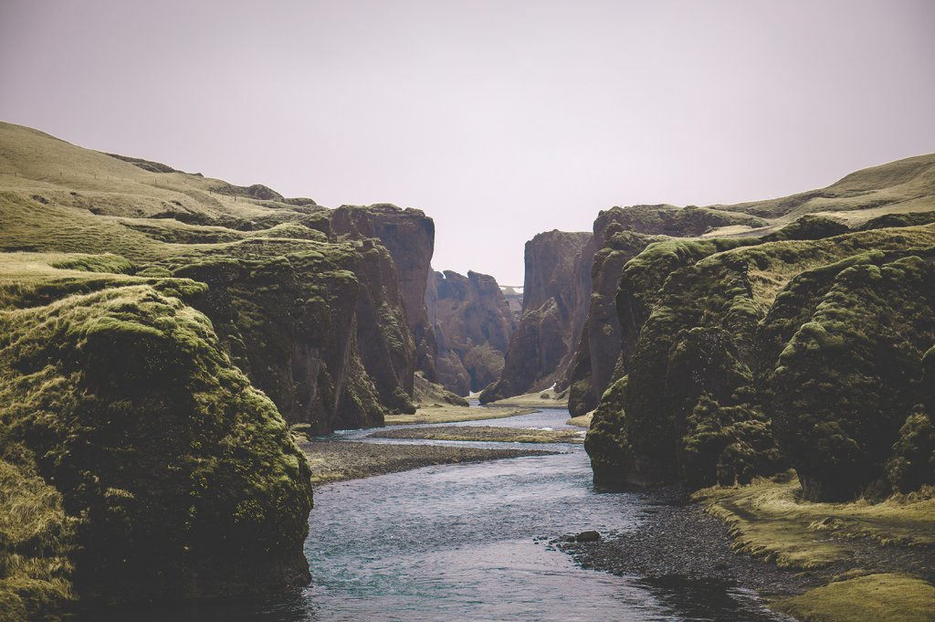 Roadtrip Island: Blick auf die Fjaðrárgljúfur Schlucht.
