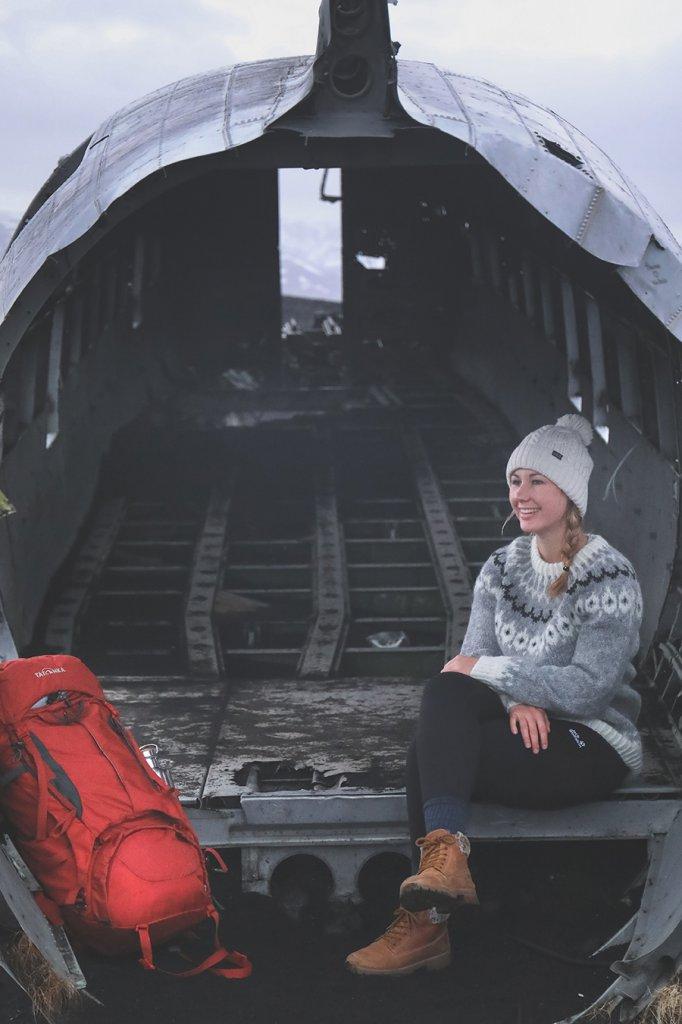 Line sitzt im Flugzeugwrack einer abgestürzten C-117 in Island.
