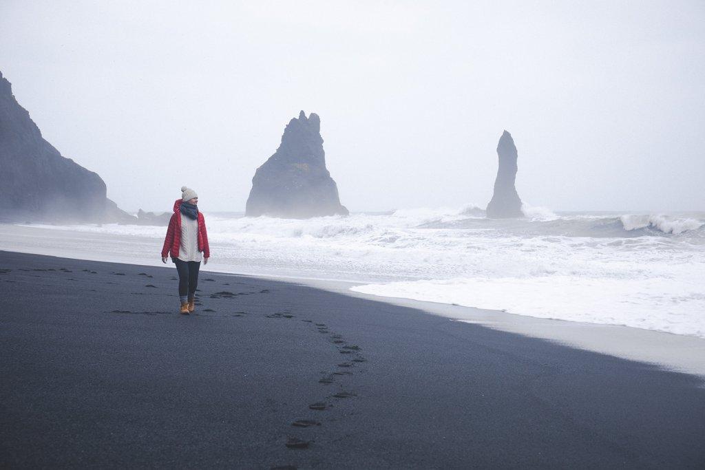Line auf dem schwarzem Sandstrand von Reynisfjara.