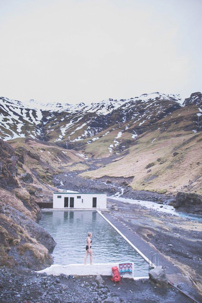 Roadtrip Island - Line nimmt ein Bad im verlassenen Schwimmbad Seljavallalaug.